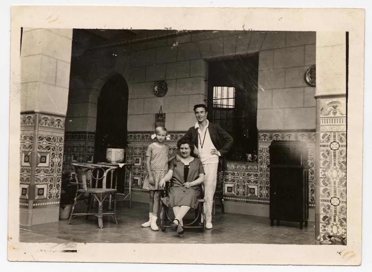 Juan Gil-Albert, con su madre y su hermana, en el porche de Villa Vicenta. Cedida por la Biblioteca Valenciana